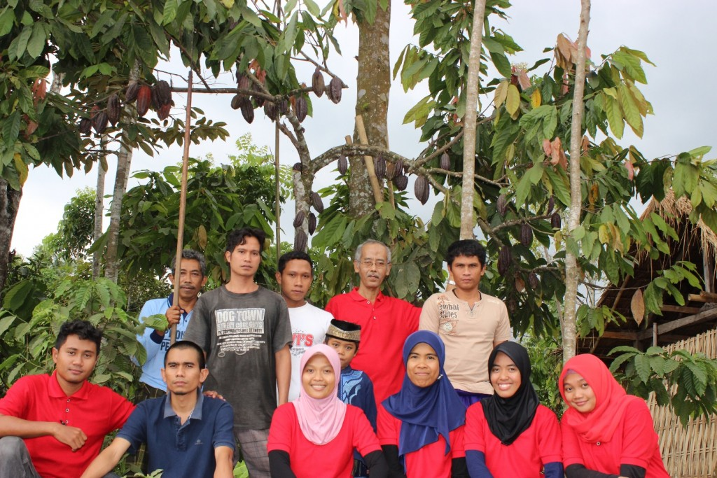 Front row (from left to right): Dhony, Maharani, Ika, Mulyatiningsih, Febriana, and Olivia, who are all young scientists. Back row: Joko Priyono, team leader stands fourth in from the left, with his cocoa farmers. Back row: Joko Priyono, team leader stands fourth in from the left, with his cocoa farmers.